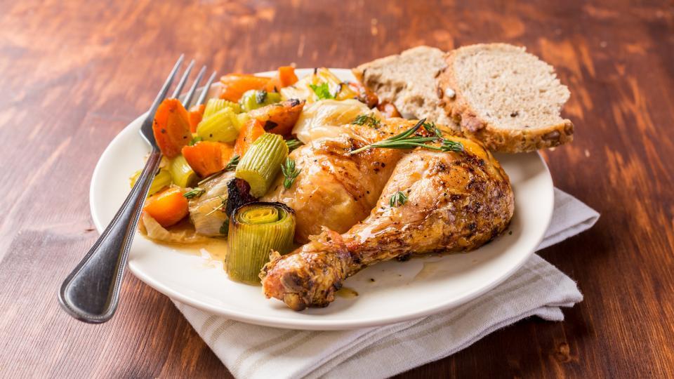 Пилешки бутчета с праз и гъби