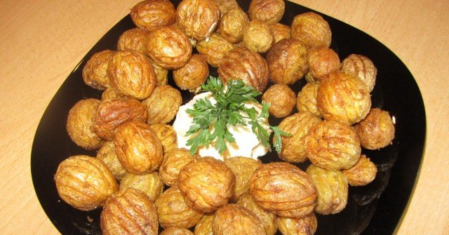 Драни картофки на фурна – новата интернет-вкусотия, с която всички си облизват чиниите! Малък трик и стават мозък: