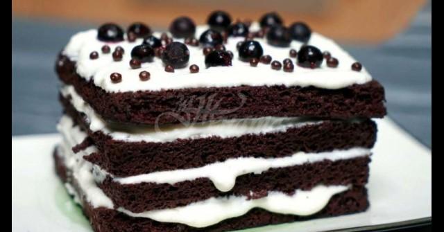 Точно 4 минутки и тортичката е готова! И сочна, и вкусна, че и евтинка – няма какво да не ѝ харесаш (Видео):