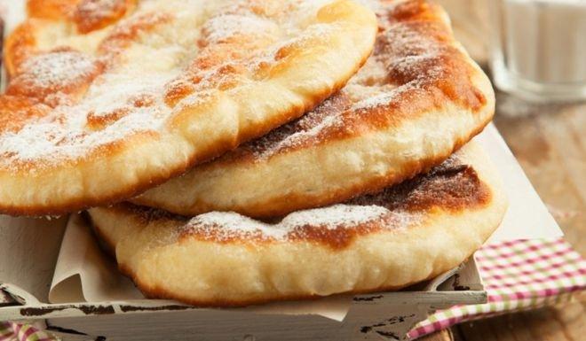 Класическо тесто за мекици с мая, кисело мляко и яйца.
