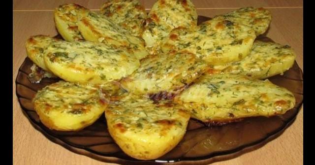 5 картофа, пакетче масло и чесънче – печеш 10 минутки и после облизваш и тавичката с хлябче: