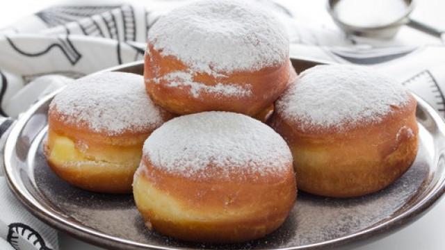 Чудна закуска: Лесни домашни понички с пудра захар