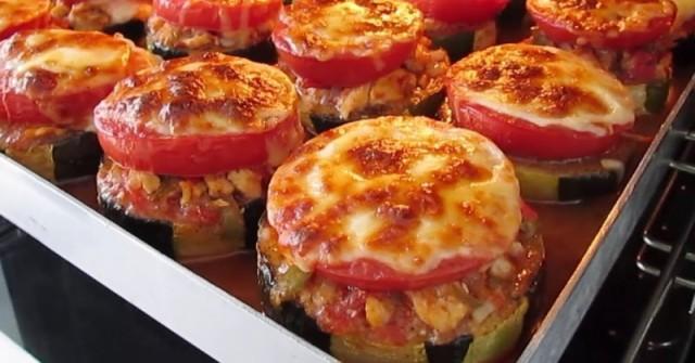 Най-вкусният обяд от тиквички! Изпечете ги с пиле, домати и кашкавал – истинска бомба!